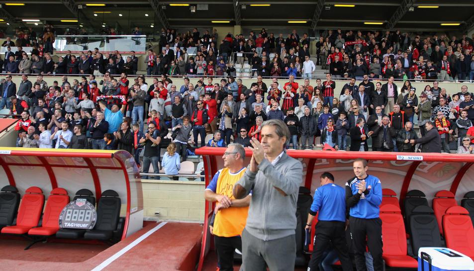 El tècnic roig-i-negre celebra la victòria en l'anada del derbi contra el Nàstic (1-0) a l'Estadi.