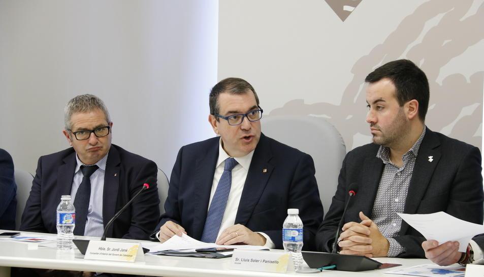 Pla mig del conseller d'Interior, Jordi Jané, al mig, amb l'alcalde de Deltebre, Lluís Soler, a la dreta; i el delegat del Govern a les Terres de l'Ebre, Xavier Pallarès, a l'esquerra, aquest 10 de febrer de 2017