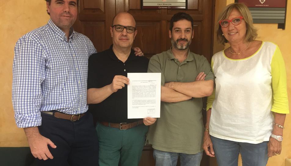 Regidors de Ciutadans a Reus mostrant la sentència en la qual el jutge els dóna la raó i anul·la l'entrada del municipi a l'AMI, en una imatge publicada el 10 de febrer del 2017