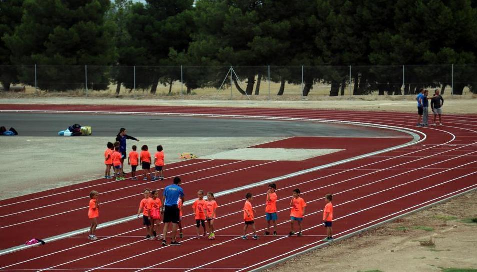Nens que practiquen atletisme en una imatge d'arxiu.