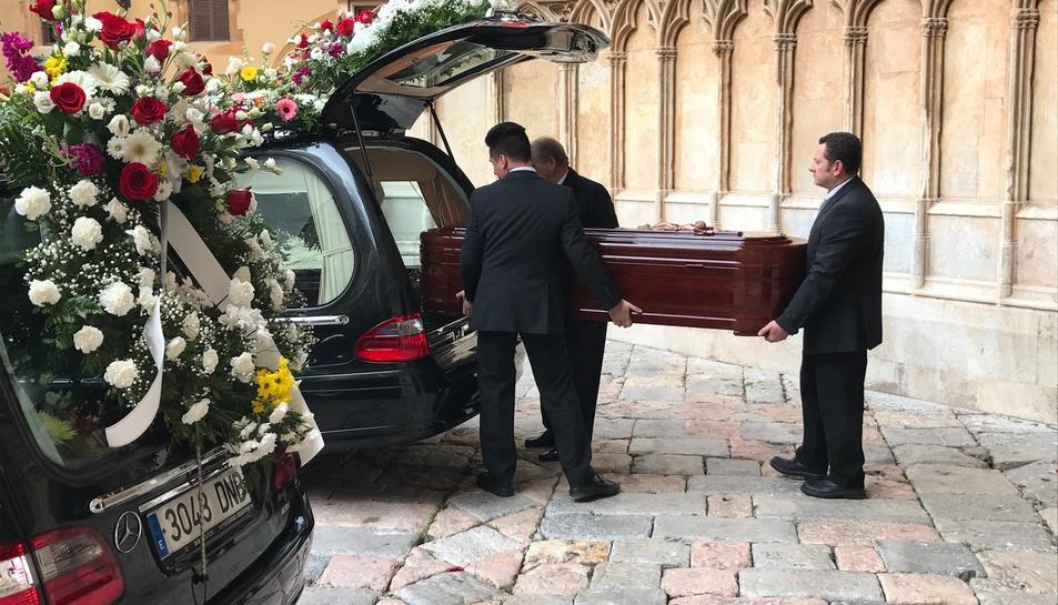 El taüt de Marbel Negueruela entra al cotxe fúnebre després del funeral.