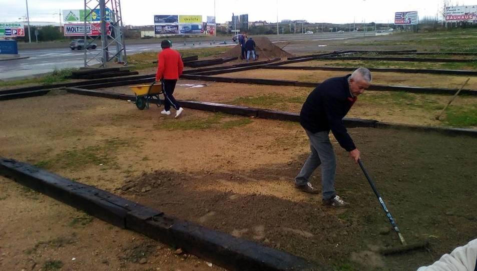 Les pistes estan fetes amb travesseres de fusta de les vies del tren i amb sorra.