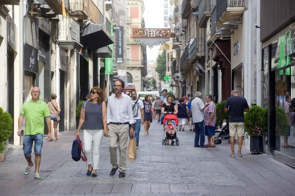 Vianants passejant pel carrer de Monterols, en una imatge d'arxiu.