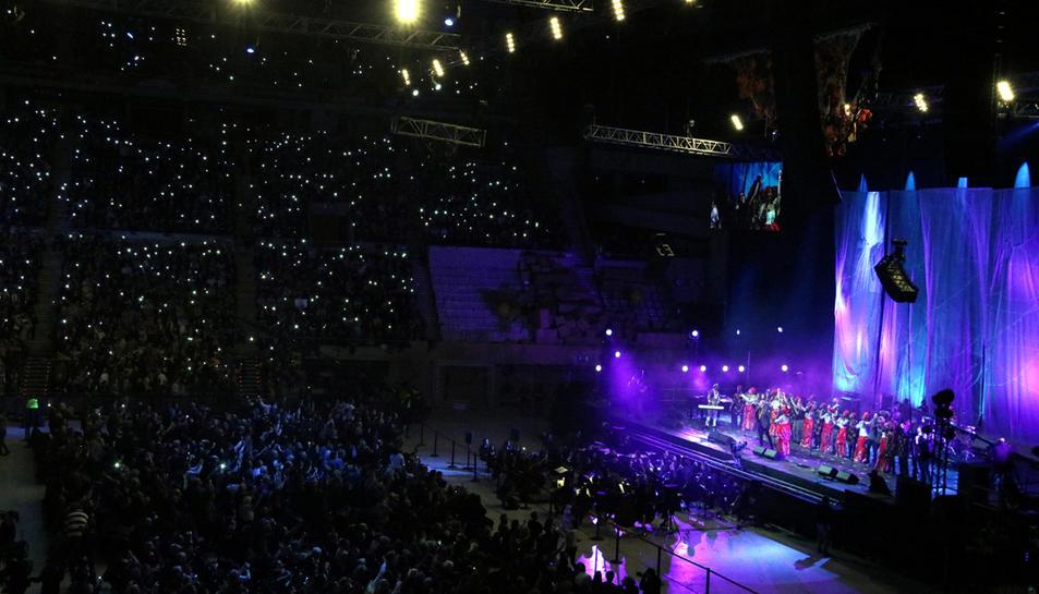 Centenars de persones fan punts de llum amb el seu telèfon mòbil durant la interpretació de 'Que tinguem sort', en el concert 'Casa nostra, casa vostra', al Palau Sant Jordi de Barcelona.