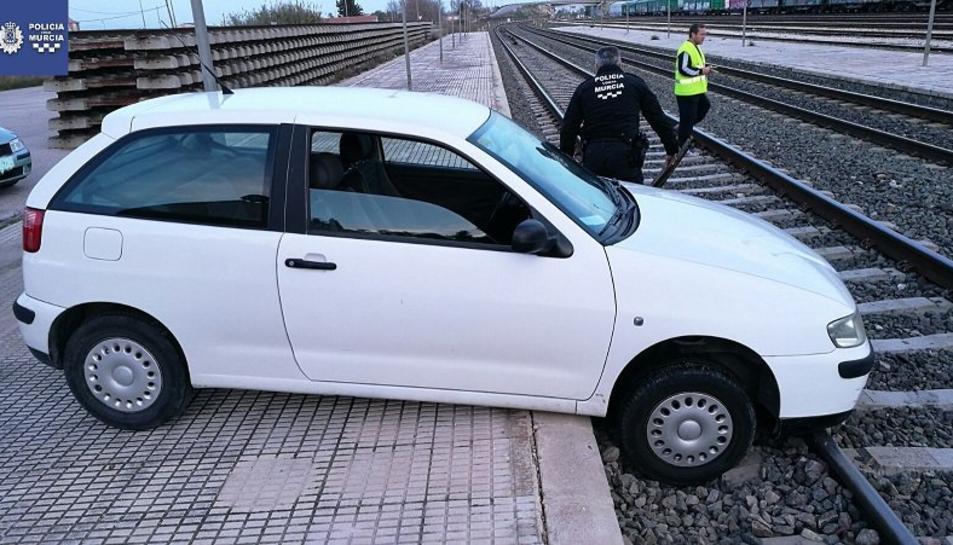Imatge del cotxe que va caure als rails per 'una badada'.