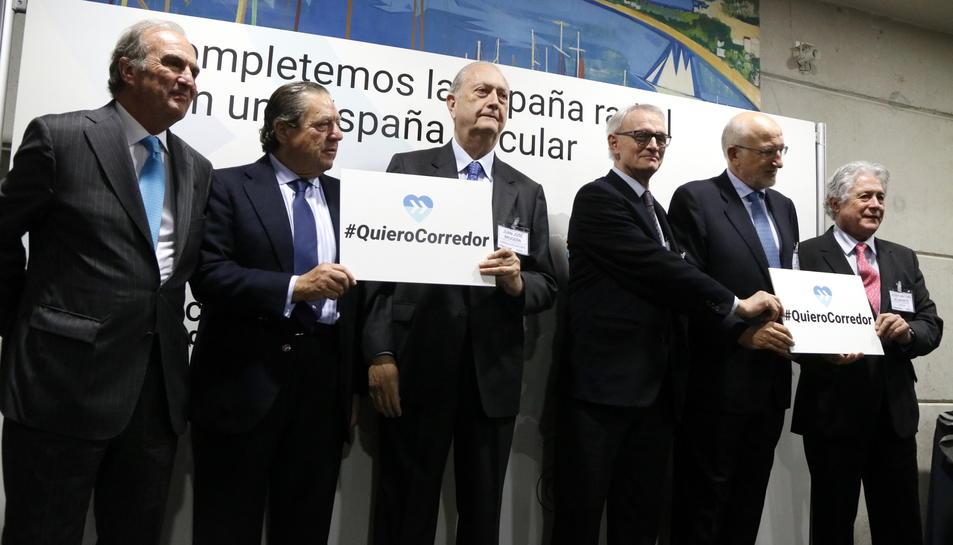 Pla mig d'empresaris valencians i catalans sostenint cartells reclamant el Corredor Mediterrani, entre els quals Joaquim Gay de Montellà, Vicente Boluda, Juan José Brugera i Juan Roig, el 13 de febrer a Tarragona