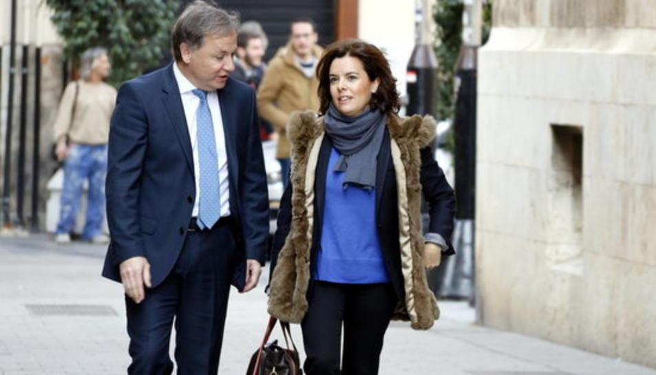 La vicepresidenta del govern espanyol Soraya Sáenz de Santamaría arriba al Palau de la Generalitat Valenciana acompanyada del delegat del govern espanyol Juan Carlos Moragues.