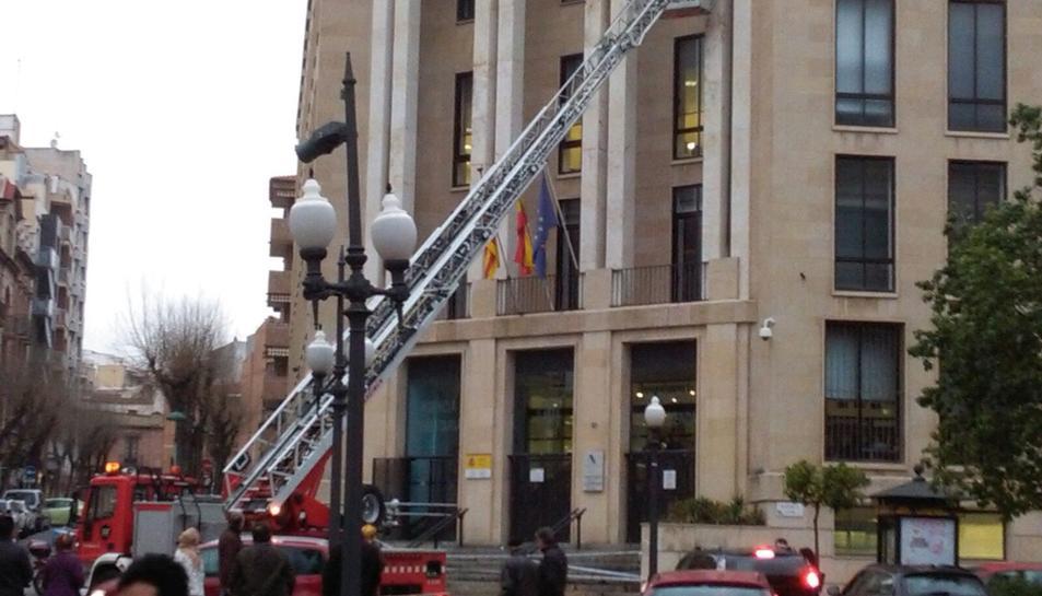 Una dotació de bombers ha 'sanejat' la façana de l'edifici d'hisenda.