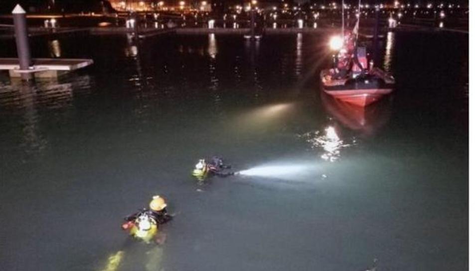 Imatge de les tasques de rescat dels dos nois atrapats dins el vehicle.