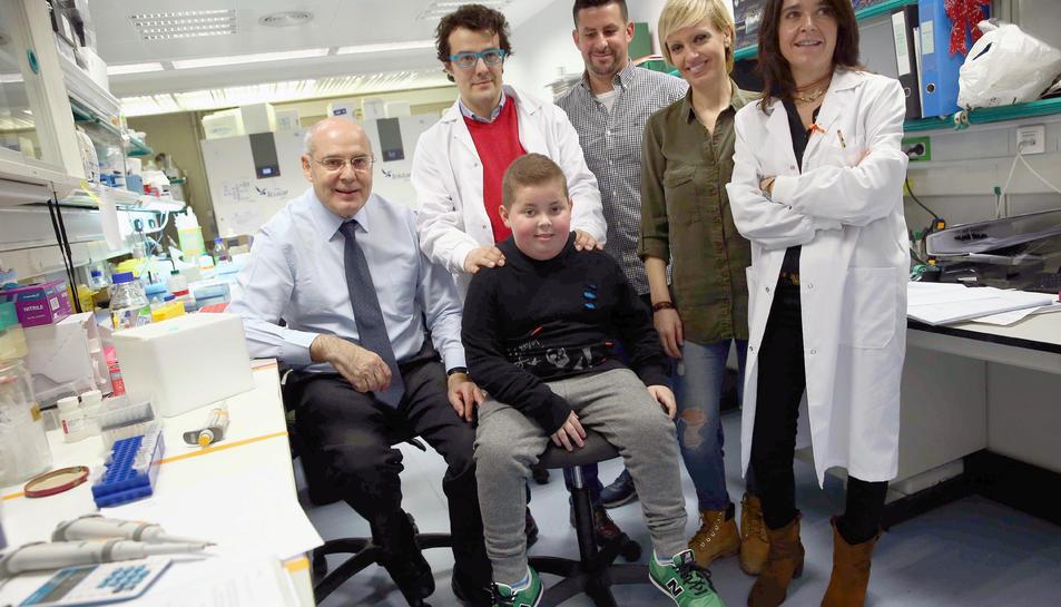 Sergi, amb els seus pares, Sergio i Noelia, ahir amb els doctors.