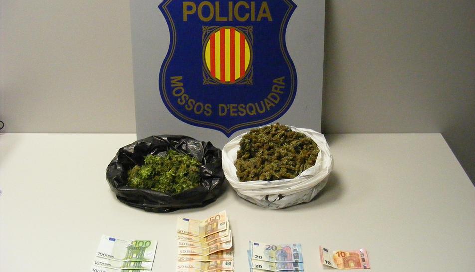 Pla general de les bosses amb marihuana i els diners intervinguts pels Mossos d'Esquadra a un conductor a l'N-420 a Riudecols. Imatge publicada el 14 de febrer del 2017
