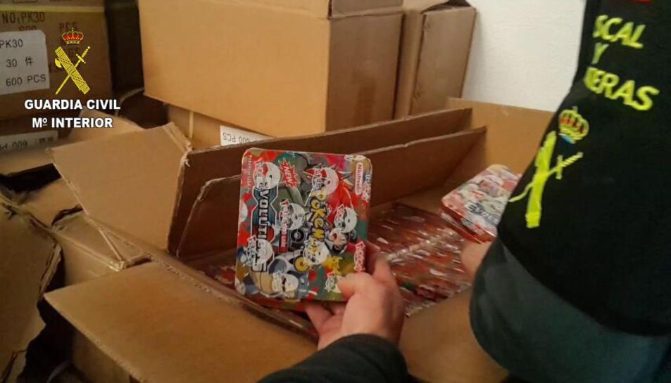 Imatge dels productes falsificats de Pokémon intervinguts en un magatzem del Polígon Riu Clar.
