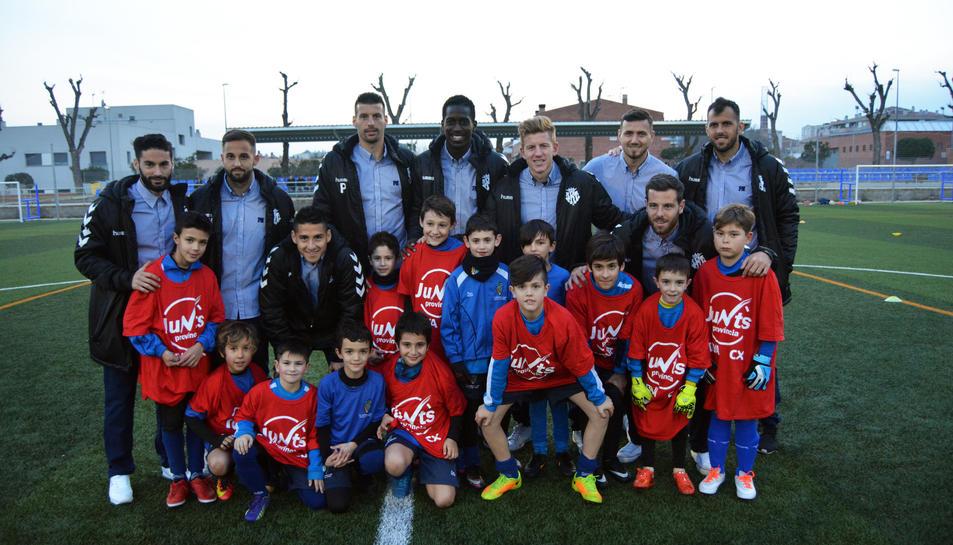 Desenes de nens i nenes van rebre als jugadors del primer equip.
