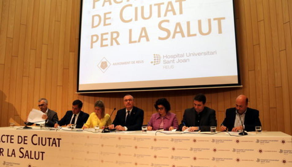Instant en què els portaveus dels partits amb representació a l'Ajuntament de Reus signen el Pacte de Salut, amb l'alcalde al centre de la taula, en un acte solemne a la sala d'actes de l'Hospital Sant Joan de Reus, el 15 de febrer del 2017.