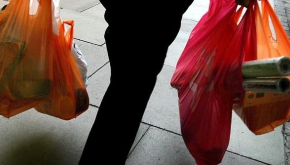 Les bosses de plàstic s'hauran de pagar a tots els comerços a partir del proper mes de gener.