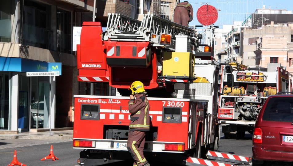 Imatge d'arxiu d'una dotació dels bombers treballant en un carrer de Tortsoa.