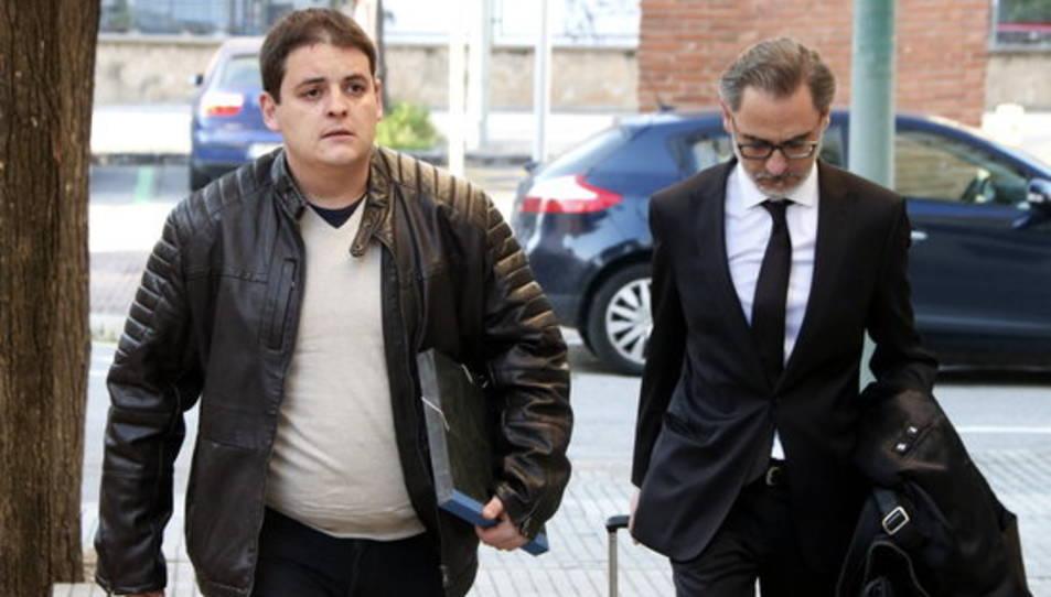 Pla obert de l'acusat del crim de Montblanc, Jaume Solsona (esquerra), arribant a l'Audiència de Tarragona acompanyat del seu advocat.