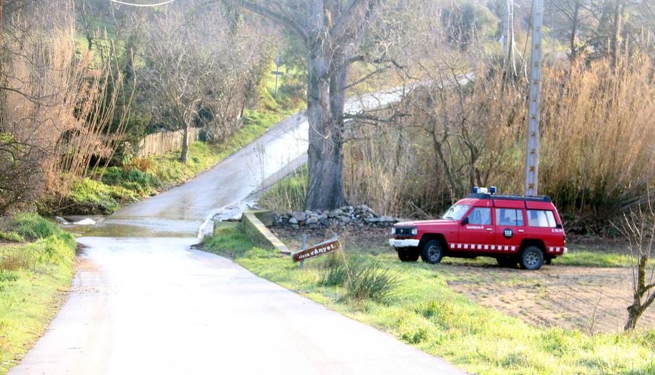 Imatge d'arxiu d'un camió dels bombers treballant en una zona forestal.