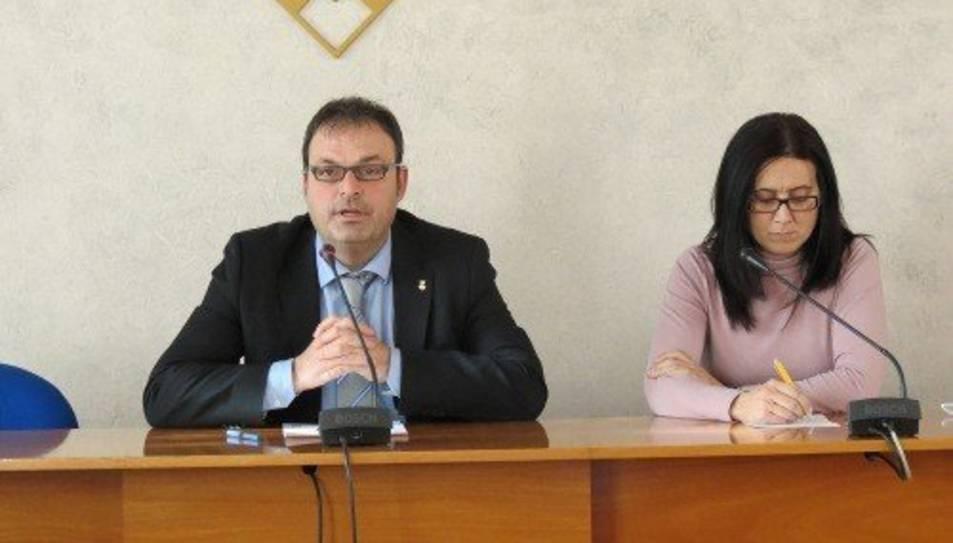 Anna Aragonès, a la dreta, juntament amb el president del Consell Comarcal, Joaquim Calatayud.