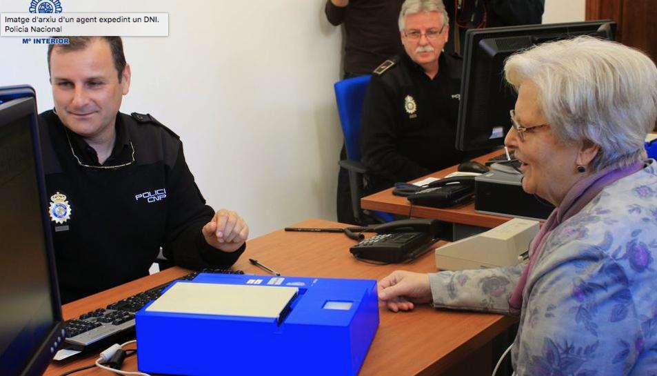 Imatge d'arxiu d'un agent expedint un DNI.