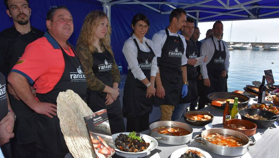 Els participants a la presentació de la campanya, aquest dimecres, amb plats típics de la localitat.