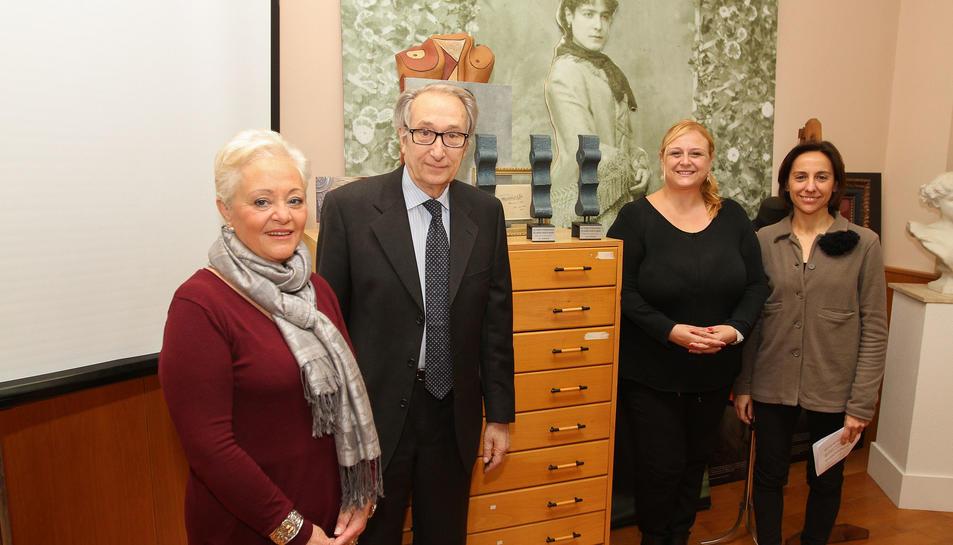 María José Antón, Santiago Vila, Montserrat Caelles i Cristina de Anciola, amb els trofeus.