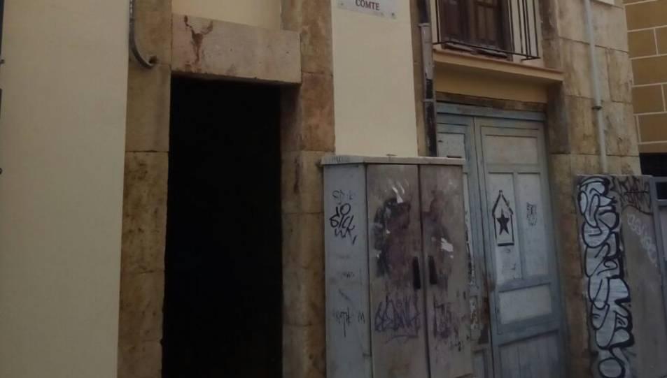 Estat en què va quedar l'interior del pis on van entrar a robar. Imatge de la façana del número 28 del carrer Comte.