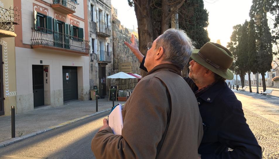 Bostnavaron rep informació de Buqueres davant la Casa Ximenis de Tarragona.