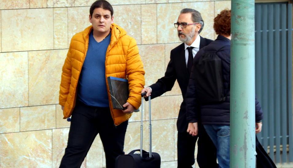 Pla americà de l'acusat pel crim de Montblanc arribant a l'Audiència de Tarragona acompanyat del seu advocat. Imatge del 8 de març del 2017