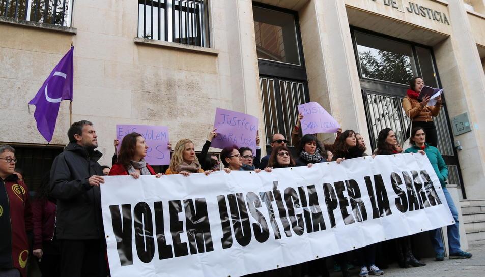 Pla obert de la concentració dels familiars i amics de Sara Lozano davant l'Audiència de Tarragona, el 8 de març del 2017