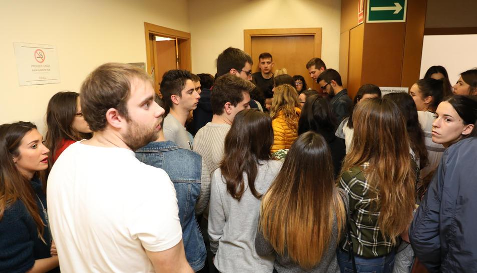 Els manifestants han entrat a l'Audiència de Tarragona per presenciar les declaracions de Solsona.