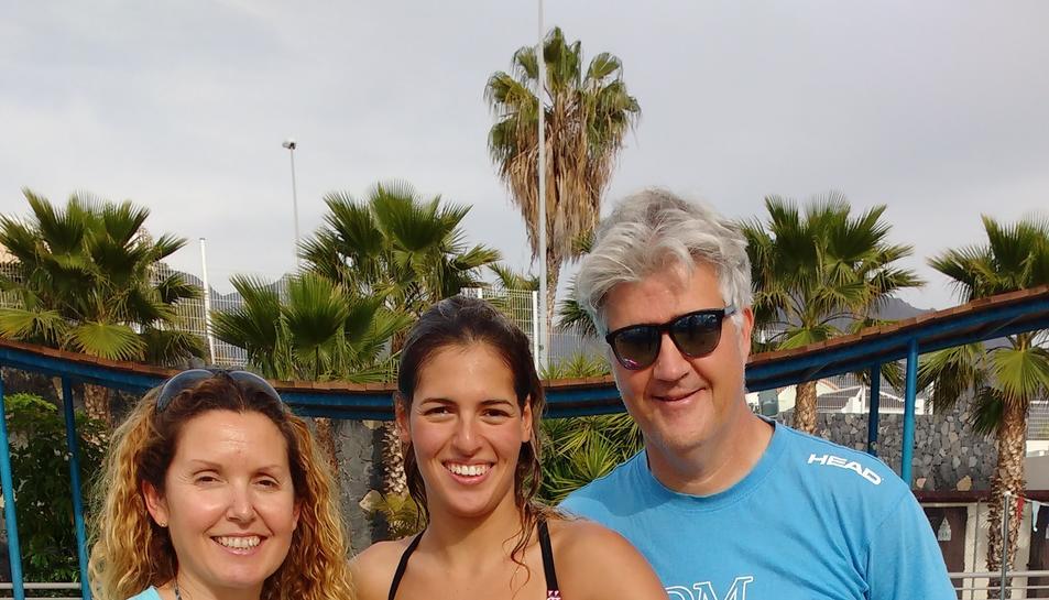 La directora de l'Acadèmia, Susana Seuma, junt a la nedadora paralímpica Michelle Alonso i el seu entrenador,