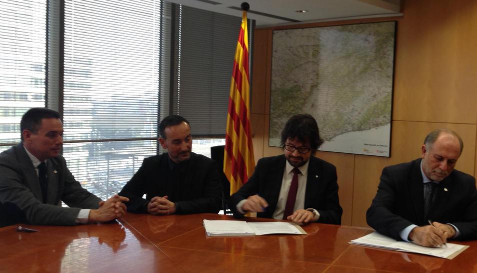 El moment de la signatura del contracte, que ha tingut lloc aquest dijous.