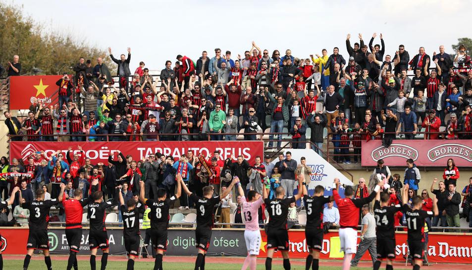Els jugadors del CF Reus brinden a la graderia la victòria en l'anada del duel amb el Nàstic (1-0).