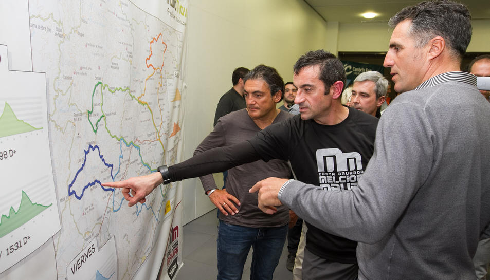 D'esquerra a dreta, Chiapucci, Mauri i Indurain, xerrant sobre un dels recorreguts que realitzaran aquest cap de setmana.