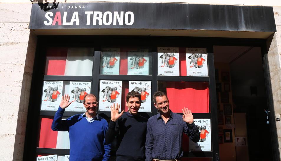 Pla obert, d'esquerra a dreta, dels actors Oriol Grau i Pau Ferran, i del gestor de la Sala Trono, Joan Negrié, dient adéu amb la mà davant del local del carrer Misser Sitges de Tarragona. Imatge del 9 de març del 2017