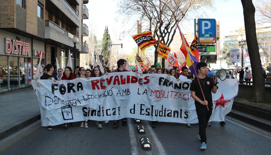 La capçalera de la manifestació contra la LOMCE aquest dijous a Tarragona.