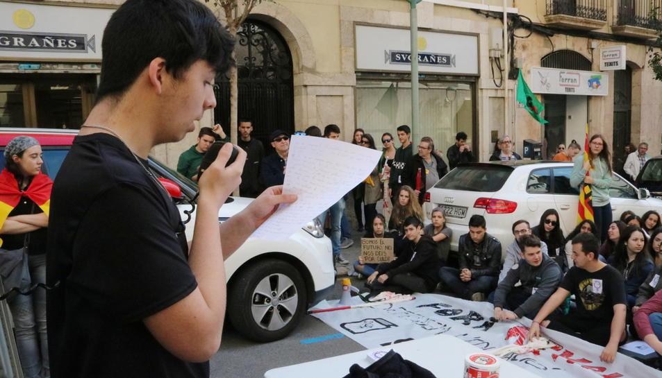 El representant del sindicat d'estudiants a Tarragona llegint un manifest davant altres estudiants, al final de la protesta.