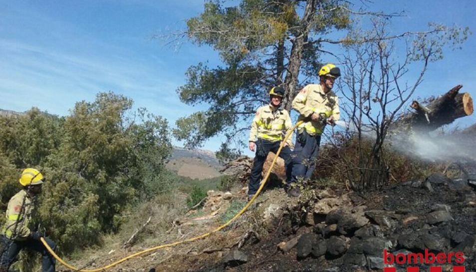 Els bombers treballant a l'incendi de Torroja del Priorat.