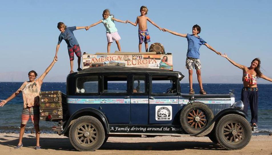 La família fa la volta al món amb un Graham-Paige fabricat a Detroit el 1928 des de fa 16 anys.