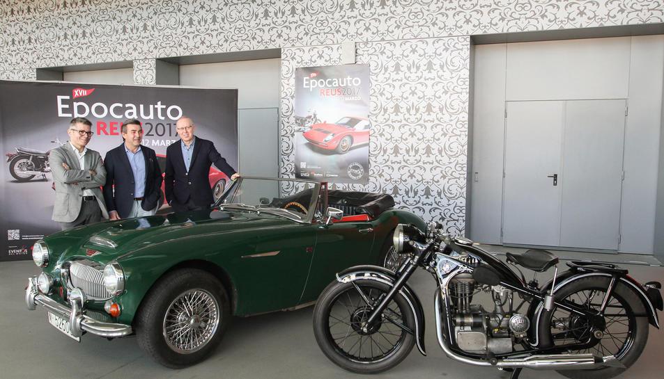 Un moment de la presentació de la fira, amb un cotxe i una moto clàssics.