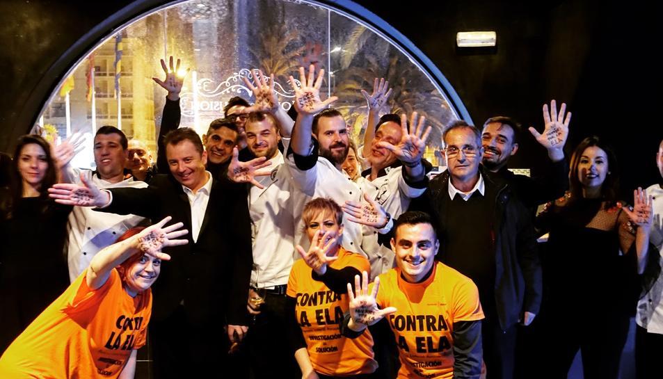 Imatge d'alguns dels col·laboradors i assistents a la primera Gala Benèfica contra l'ELA de Salou.