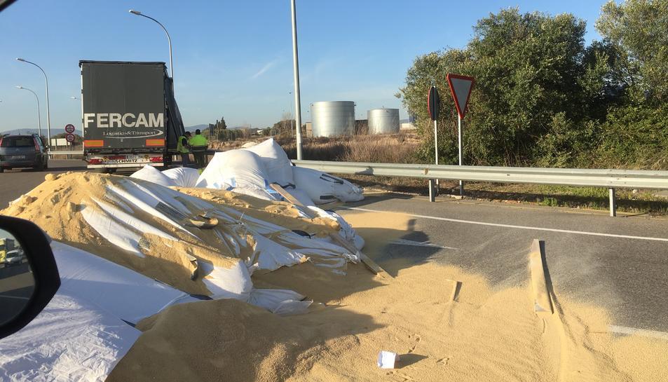 Els sacs d'arena i el camió que els ha perdut.