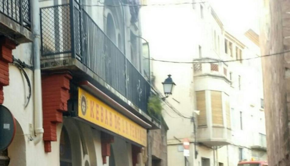 Quatre dotacions de Bombers es van desplaçar fins la penya barcelonista per extingir el foc.