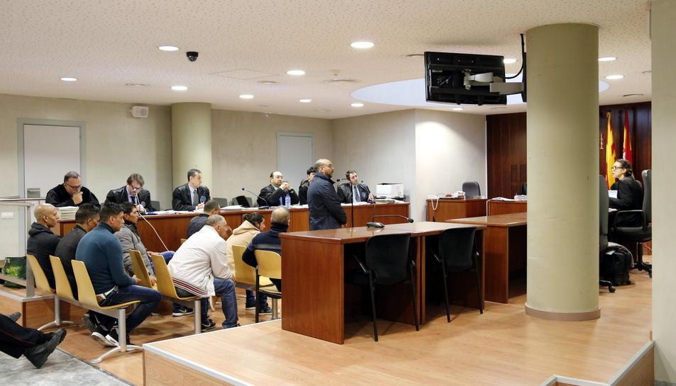 Un dels acusats de robatoris amb força responent les preguntes de la fiscal, en l'últim dia del judici a l'Audiència de Lleida.