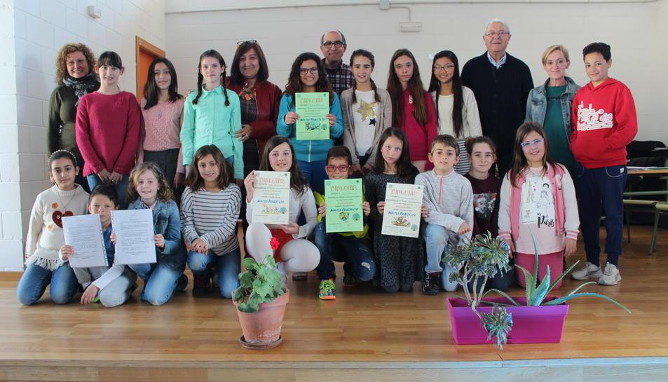 Alumnes que han participat al Certamen, els finalistes i els guanyadors amb els membres del jurat.
