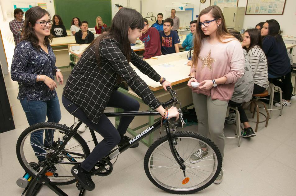 Repsol s'ha presentat a les aules per realitzar diferents tallers i experiments al costat d'alumnes de 3r i 4t d'ESO.