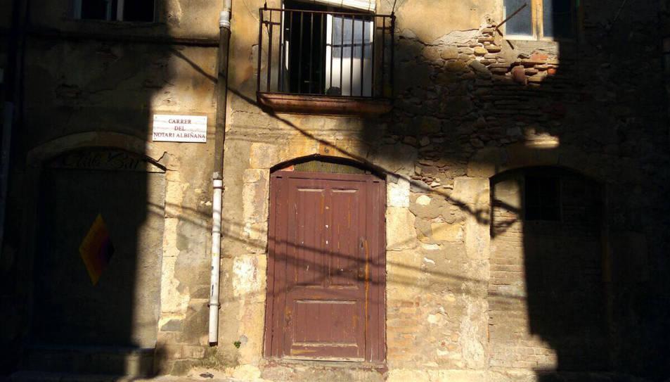 La façana de la casa, el número 6 del carer del Notari Albiñana.