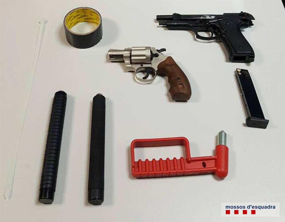 Els Mossos van intervenir dues armes de foc, entre d'altres objectes.