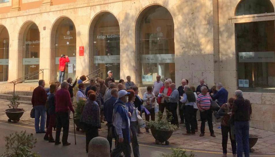 Els turistes, a la porta de l'Antiga Audiència.